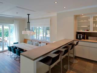 Haus am See: moderne Küche von GABRIELA RAIBLE® INNENARCHITEKTUR