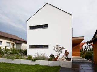 Außenansicht mit Eingang: moderne Häuser von Marcus Hofbauer Architekt