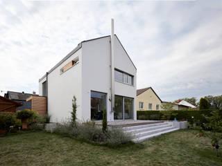 Außenansicht mit Terrasse: moderne Häuser von Marcus Hofbauer Architekt