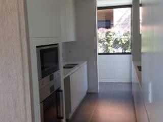 COCINA (puertas abiertas) de LLOBET interiors: Cocinas de estilo  de LLOBET interiors