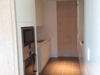 COCINA (puertas cerradas) de LLOBET interiors: Cocinas de estilo  de LLOBET interiors