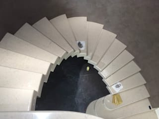 SCALA MASSICCIA A SBALZO IN CURVA Quintarelli Pietre e Marmi Srl Ingresso, Corridoio & Scale in stile moderno