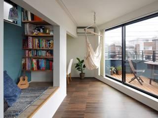 Salas / recibidores de estilo  por 向山建築設計事務所, Moderno