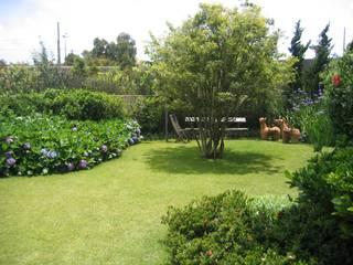 Сады в . Автор – Junia Lobo Paisagismo, Кантри