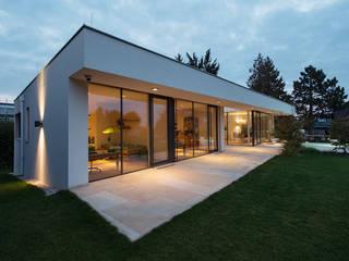 Atriumhaus in Wien 1130:  Terrasse von Studio Berner.Stolz Architekten ZT-OG