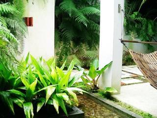 Casa minimalista na metrópole Varandas, alpendres e terraços tropicais por Kika Prata Arquitetura e Interiores. Tropical