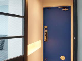 Pasillos y recibidores de estilo  por 마르멜로디자인컴퍼니