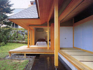 縁側から見る寝室: K2・PLAN 株式会社本多建築設計事務所が手掛けたテラス・ベランダです。