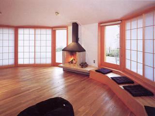 居間: K2・PLAN 株式会社本多建築設計事務所が手掛けたリビングです。
