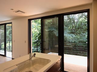窓外の崖地: K2・PLAN 株式会社本多建築設計事務所が手掛けたテラス・ベランダです。