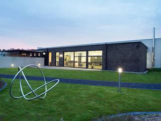 Design- und Produktionsstätte für Edelstahlschmuck - Ernstes Design: moderne Häuser von LINDSCHULTE Ingenieure + Architekten