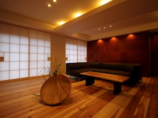 三重県・伊賀 「和紙に包まれる家」: CN-JAPAN/藤村正継が手掛けたリビングです。,