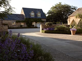 A country garden in the Cotswolds Country style garden by Bowles & Wyer Country