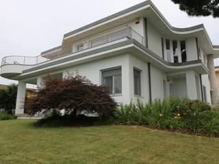 Abitazione bifamiliare in provincia di Como: Case in stile  di Rasom Wood Technology srl