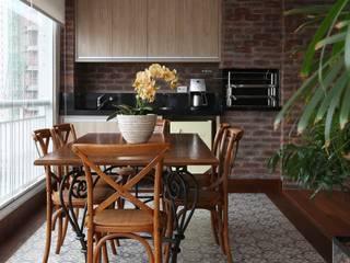 Danielle Tassi Arquitetura e Interiores Balcones y terrazas de estilo rústico