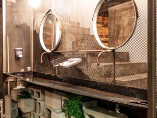 Baños de estilo industrial de SZTUKA Laboratorio Creativo de Arquitectura Industrial