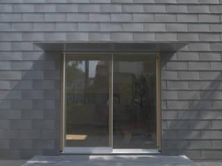 Ventanas de estilo  por 株式会社コヤマアトリエ一級建築士事務所