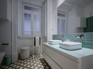 Casa de banho suite em Lisboa: Casas de banho  por LAVRADIO DESIGN