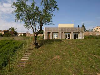 b-Patio – Les Olives Casas de estilo moderno de b-House Moderno