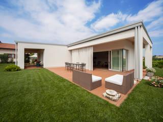 homify Casas de estilo minimalista Aluminio/Cinc Blanco