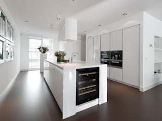 Moderne strakke greeploze witte Tieleman-keuken Tieleman Keukens Moderne keukens