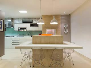 Ilha cozinha por CASA Arquitetura e design de interiores Eclético