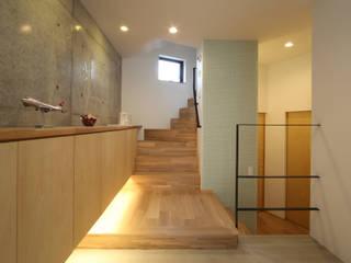 Modern corridor, hallway & stairs by 加門建築設計室 Modern