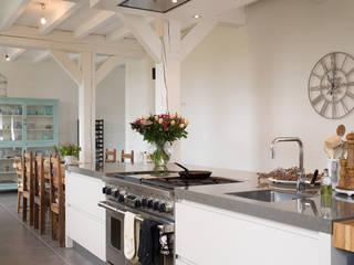 Prachtige moderne boerderij keuken:  Keuken door Tieleman Keukens
