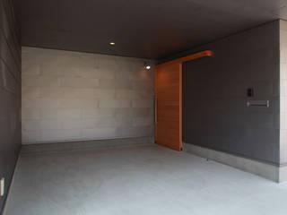 Modern garage/shed by 加門建築設計室 Modern