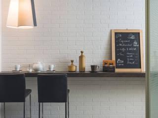 La tua cucina, come un ristorante della grande mela:  in stile  di Ceramica Rondine