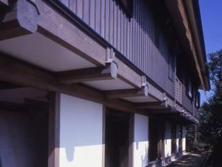 旧い石垣の段差を生かした懸造り。: 酒井光憲・環境建築設計工房が手掛けた家です。