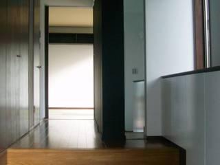 高円寺の家: 川村崇建築計画事務所が手掛けた廊下 & 玄関です。