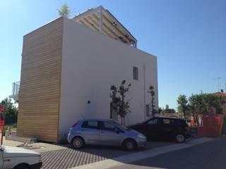Prospetto ovest, lato parcheggi: Case in stile  di Archética
