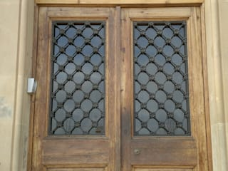 Puerta escuela de Restauracions Jordi Nóbrega