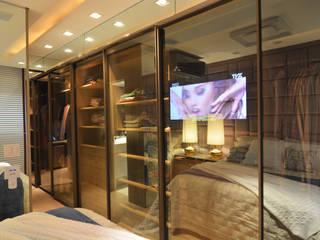 ANNA MAYA ARQUITETURA E ARTE Modern dressing room Glass Amber/Gold