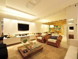Apartamento Águas do Santinho: Salas de estar  por ANNA MAYA ARQUITETURA E ARTE