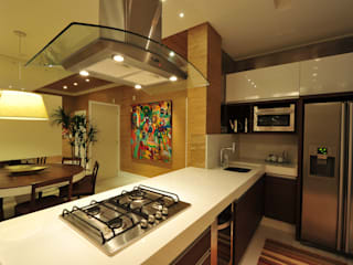 Apartamento Águas do Santinho: Cozinhas  por ANNA MAYA ARQUITETURA E ARTE