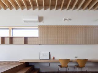 Salas de estilo ecléctico de U建築設計室 Ecléctico