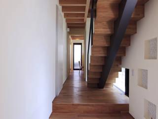 桜坂の家: U建築設計室が手掛けた廊下 & 玄関です。