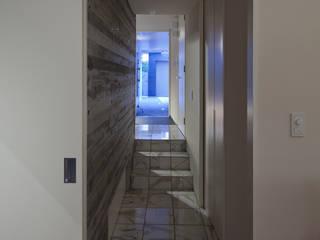 松原の家: U建築設計室が手掛けた廊下 & 玄関です。
