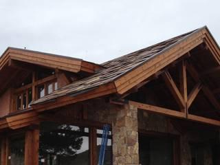 Exterior de casa de piedra con cubierta de madera: Casas de estilo rural de Manuel Monroy, arquitecto