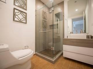 Baño secundario de ESTUDIO TANGUMA Moderno Vidrio