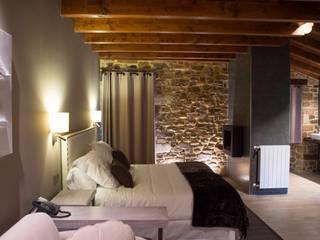 Hotel Rural Osabarena Dormitorios de estilo ecléctico de temas rojo Ecléctico