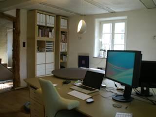 Schreibtisch: Linoleum: moderne Arbeitszimmer von Büro für Grafik und Innnenarchitektur