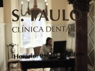 Reabilitação de Clinica Dentária em Espaço pombalino Clínicas clássicas por adoroaminhacasa Clássico