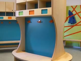 Garderobenbereich einer Kindertagesstätte Moderner Flur, Diele & Treppenhaus von hochzwei Tischlerei & Innenarchitektur Modern