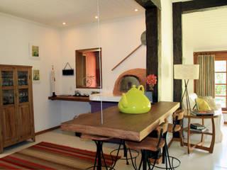 Ruang Makan oleh FLAVIO BERREDO ARQUITETURA E CONSTRUÇÃO, Kolonial