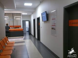 Przychodnia medyczna: styl , w kategorii Korytarz, przedpokój zaprojektowany przez Pegaz Design Justyna Łuczak - Gręda,