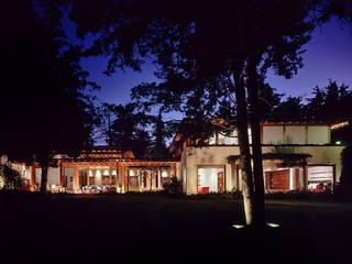 Fachada Nocturna: Casas de estilo mediterraneo por JR Arquitectos