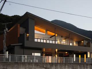 ~山に抱かれた暮らしを楽しむ『自然の潤いと共に暮らす家』 西薗守 住空間設計室 モダンな 家